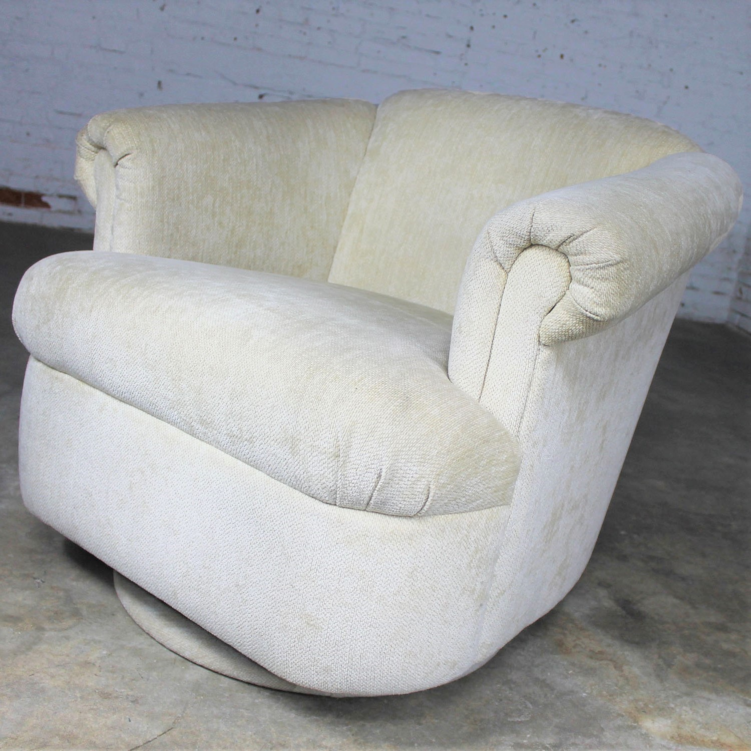 Incredible Barrel Shaped Off White Vintage Swivel Club Chair With Squirreltailoven Fun Painted Chair Ideas Images Squirreltailovenorg