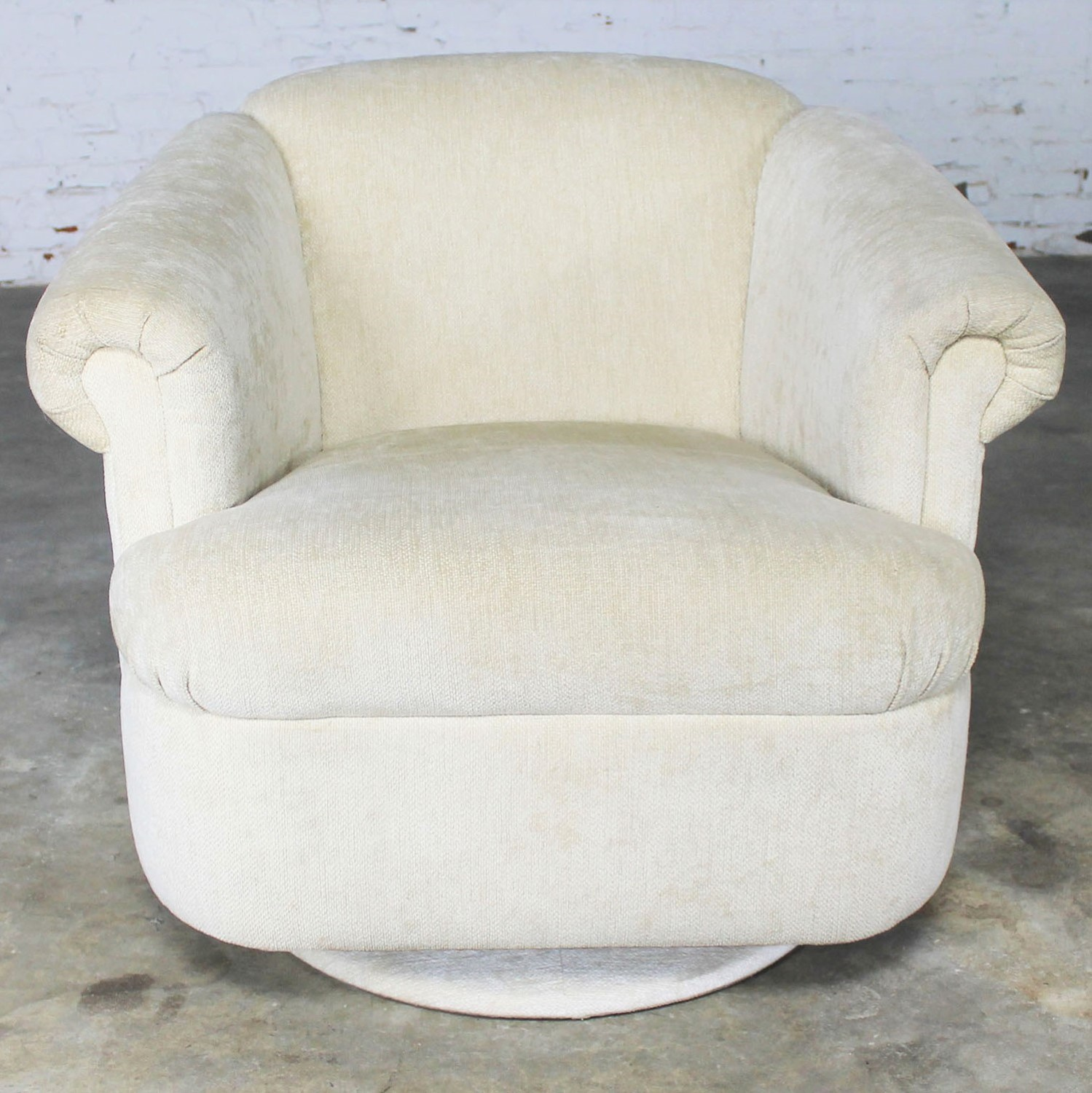 Miraculous Barrel Shaped Off White Vintage Swivel Club Chair With Squirreltailoven Fun Painted Chair Ideas Images Squirreltailovenorg