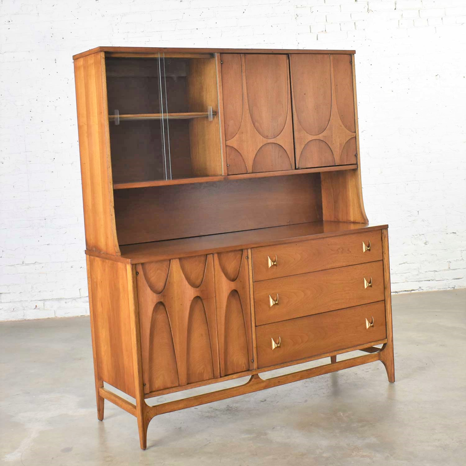 Picture of: Mid Century Modern Broyhill Brasilia Buffet With Detachable China Hutch Cabinet Walnut Warehouse 414